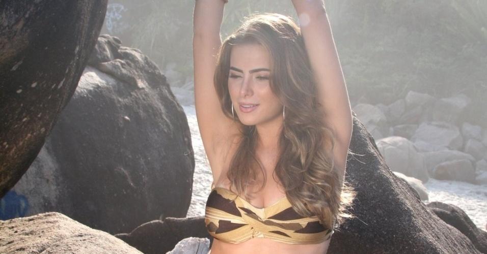 Rayanne Morais, namorada do cantor Latino, posa para ensaio na Prainha, no Rio de Janeiro (9/3/12)