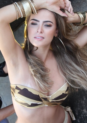 Rayanne Morais mostra boa forma em ensaio na Prainha, no Rio de Janeiro (9/3/12)