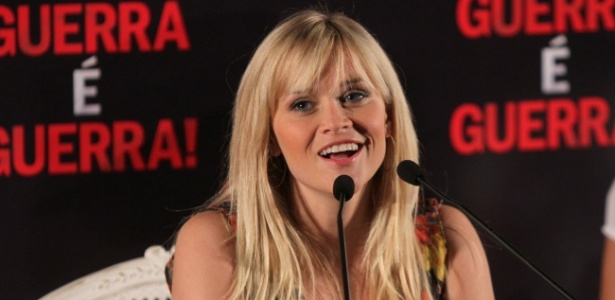 "Reese Whitherspoon posa para fotógrafos na apresentação de ""Guerra é Guerra!"" no Rio (9/3/12)"