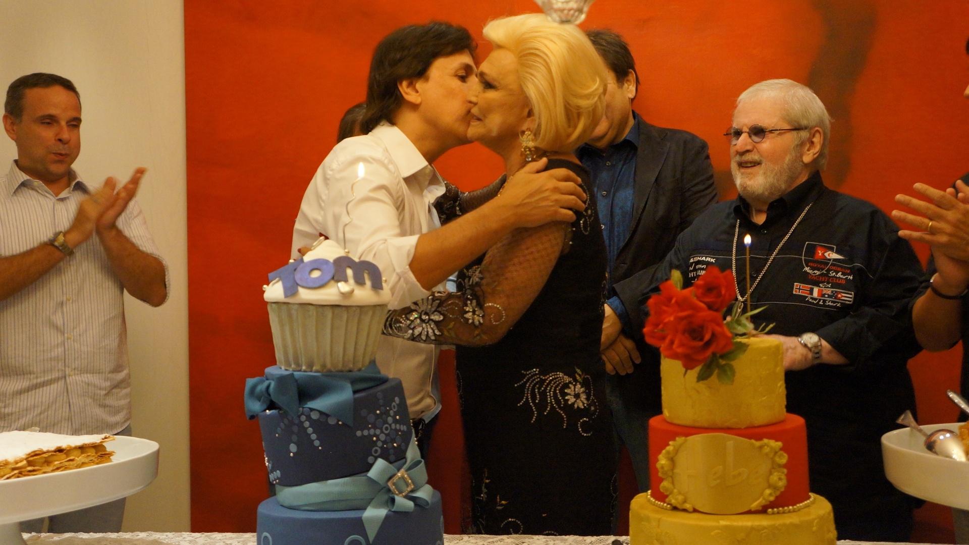 Tom Cavalcante comemorou a chegada aos 50 anos em um jantar na noite da quinta-feira (8/3/12). Hebe Camargo, que faz aniversário na mesma data, prestigiou a comemoração e ganhou um bolo do humorista. Jô Soares e Faustão também compareceram.