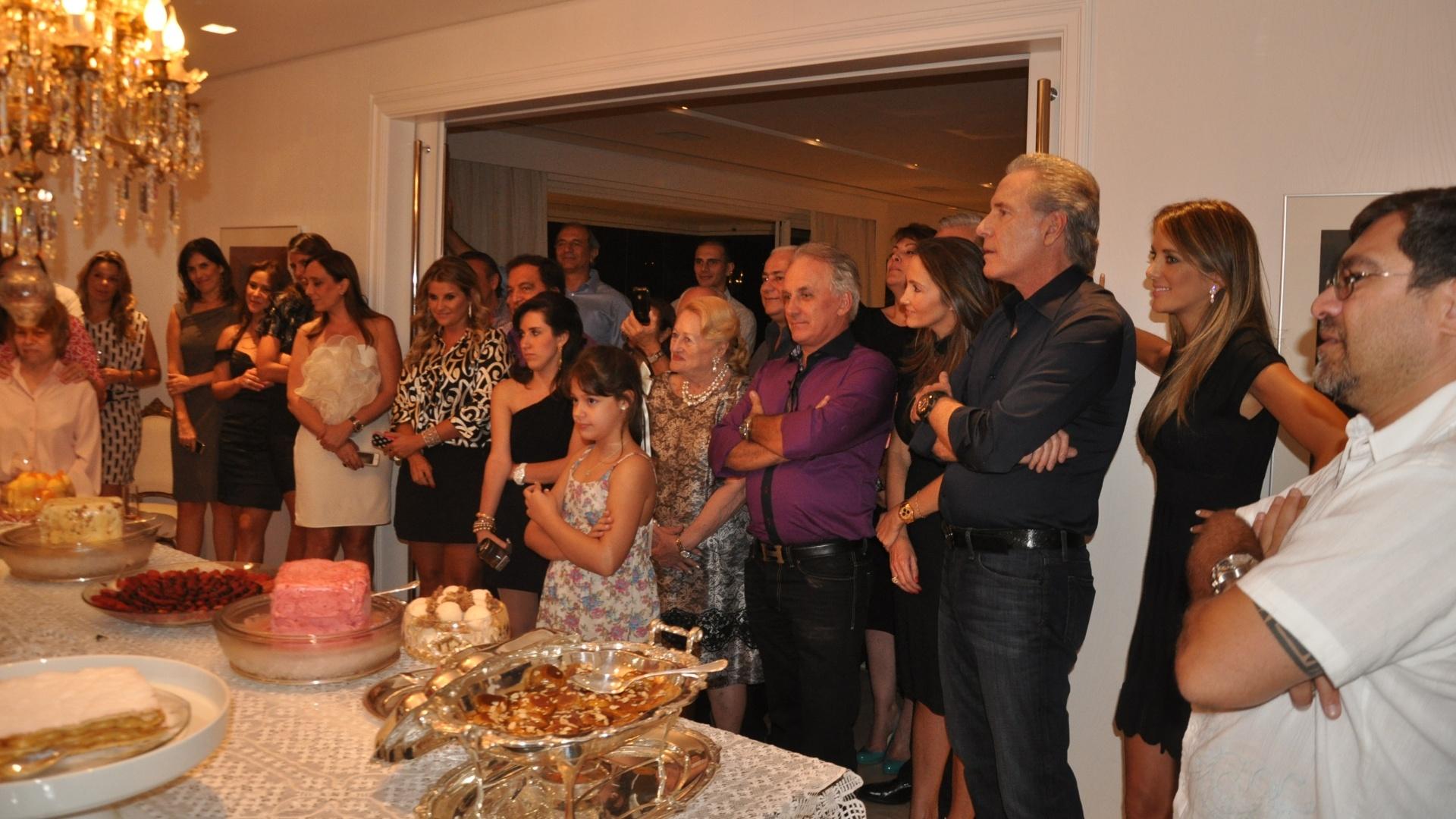 Tom Cavalcante comemorou a chegada aos 50 anos em um jantar na noite da quinta-feira (8/3/12) em seu apartamento na cidade de São Paulo. Roberto Justus, acompanhado da mulher Ticiane, e Otávio Mesquita prestigiaram a comemoração
