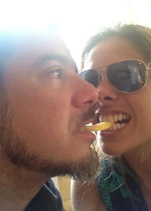 """A apresentadora Adriane Galisteu postou no Twitter uma foto com o marido, o estilista Alexandre Iódice, dividindo uma batata frita. Galisteu comentou sobre a foto: """"Love and fries"""" (10/3/12)"""