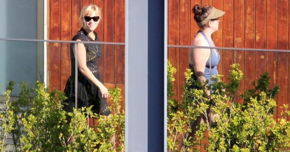 A atriz Reese Witherspoon aproveita o sol na piscina de hotel de Luxo em Ipanema, no Rio de Janeiro (9/3/12)