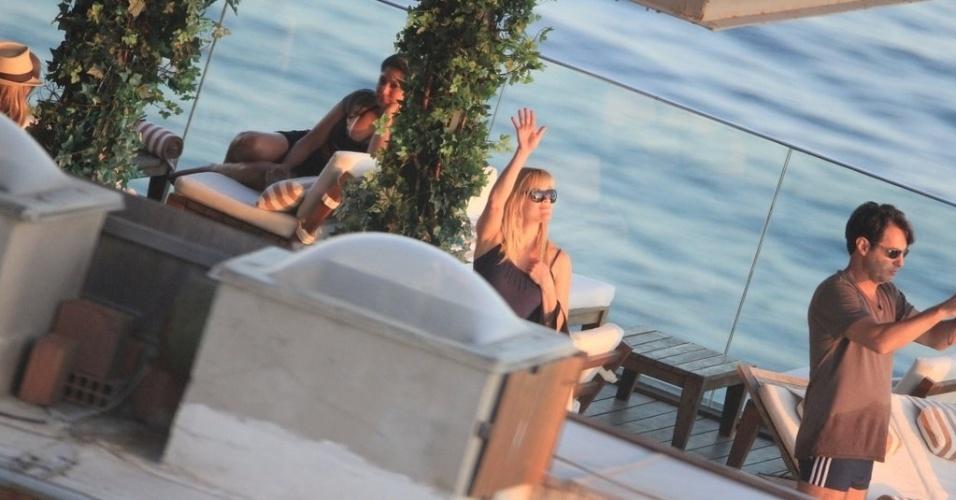 A atriz Reese Witherspoon assiste ao pôr do sol, da cobertura de hotel em Ipanema (9/3/12)