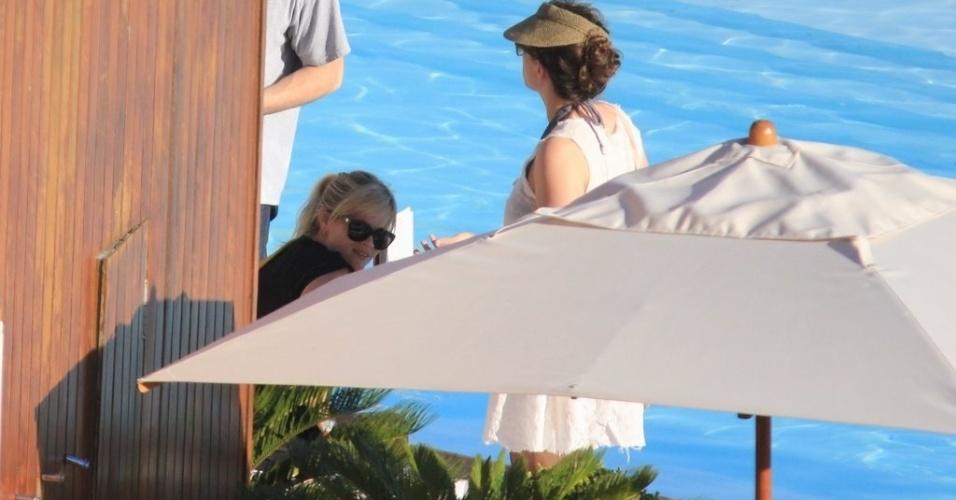 A atriz Reese Witherspoon se intimida com paparazzi ao tentar aproveitar a piscina de hotel no Rio de Janeiro (9/3/12)