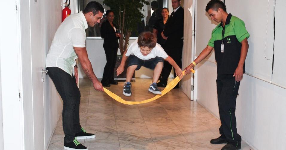 O lutador Vitor Belford brinca com o filho Davi na pré-estreia do musical infantil