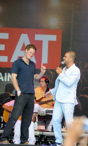 Píncipe Harry sobe ao palco com o cantor Diogo Nogueira no Complexo do Alemão após inauguração da Educap (10/3/12)