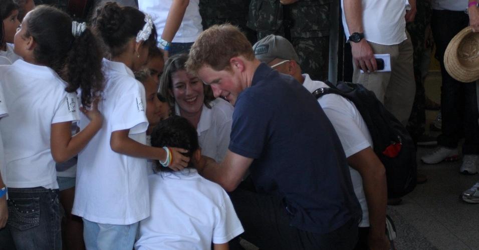 Príncipe Harry conversa com crianças no Complexo do Alemão, no Rio de Janeiro (10/3/12)