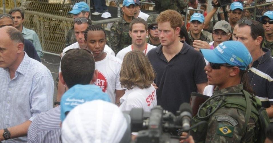 Sob forte esquema de segurança, o príncipe Harry chega no Complexo do Alemão para inaugurar sede da Educap (10/3/12)