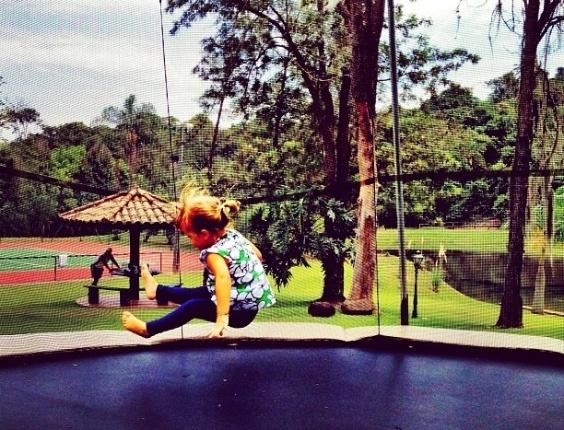Ticiane Pinheiro posta foto da filha, Rafaella Justus, brincando em uma cama elástica. Mamãe coruja, a apresentadora escreveu: ?Rafa no ar!!!?