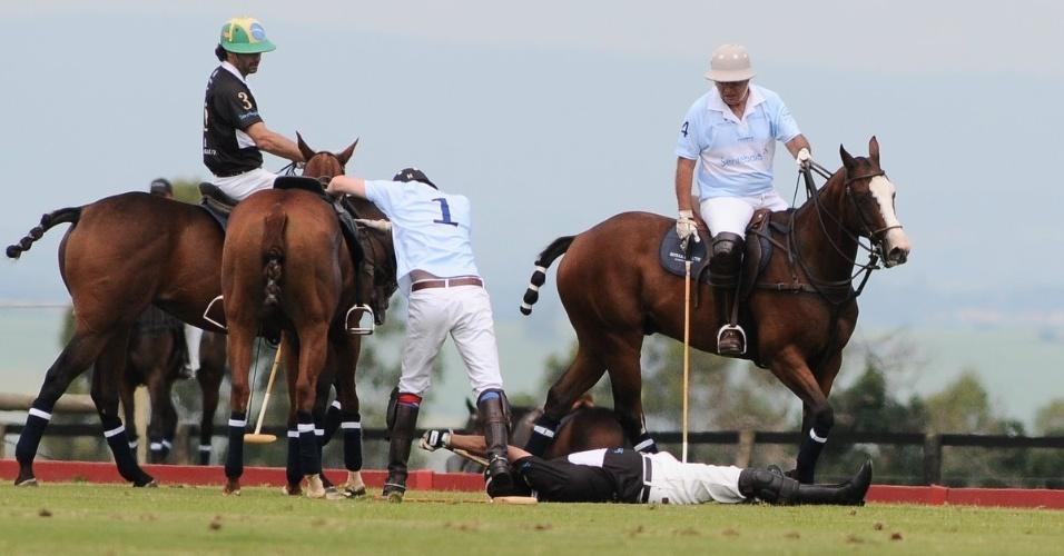 Jogador de polo cai do cavalo durante partida beneficente com o príncipe Harry em Campinas (11/3/12)