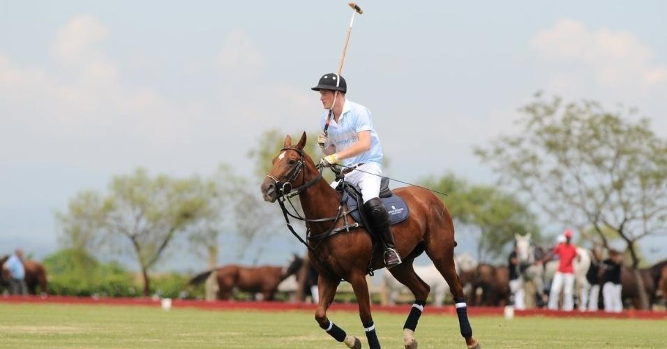 Príncipe Harry joga polo em partida beneficente, em Campinas, interior de São Paulo (11/3/12)
