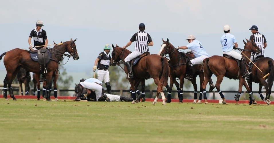 Príncipe Harry socorre jogador de polo que caiu do cavalo durante partida beneficente em Campinas, interior de São Paulo (11/3/12)