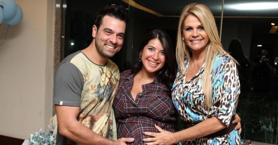 A ex-BBB Priscila Pires posa ao lado do marido, Bruno Andrade, e da amiga Monique Evans durante chá de fralda de seu filho no Rio (11/3/12)