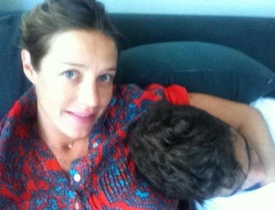 Luana Piovani posta foto com o marido, Pedro Scooby, no Twitter (12/3/12)