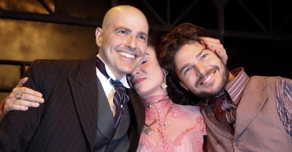 "Reynaldo Gianecchini, Maria Manoella e Erik Marmo se abraçam ao final da reestreia de ""Cruel"" (13/3/12)"