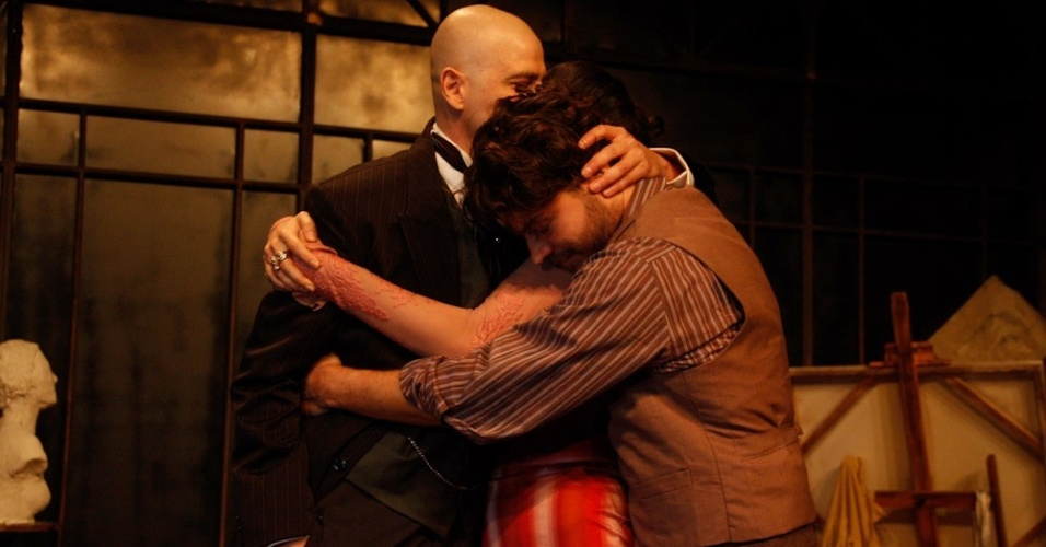 "Reynaldo Gianecchini, Maria Manoella e Erik Marmo se abraçam ao final de ""Cruel"" (13/3/12)"