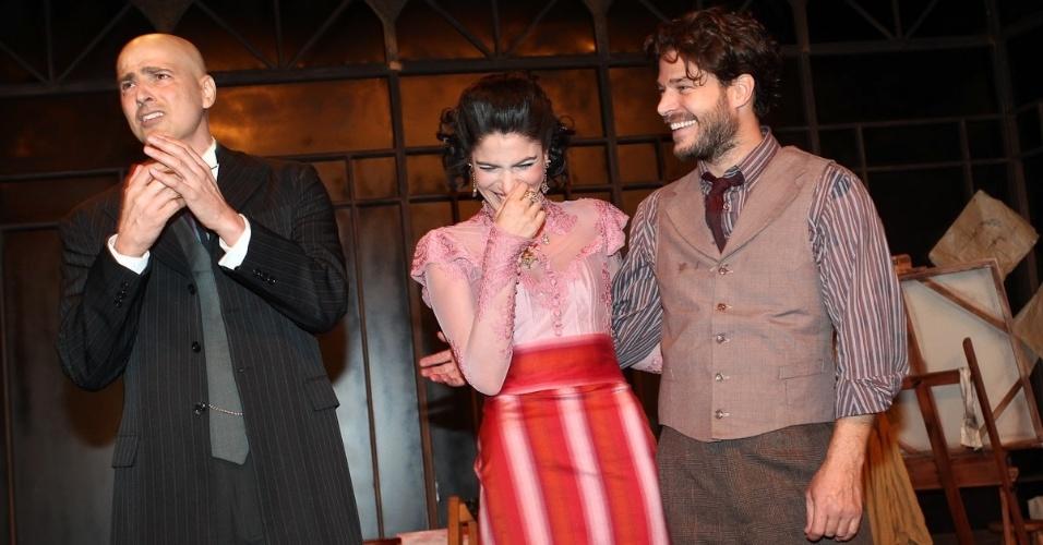"""Depois de se emocionarem muito na volta de Gianecchini aos palcos, atores riem no palco de """"Cruel"""" (13/3/12)"""