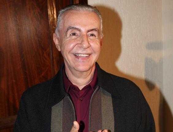 """Diretor Elias Andreato posa para foto antes do início de """"Cruel"""" (13/3/12)"""