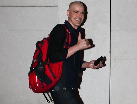 """Gianecchini chega ao teatro Faap para a reestreia da peça """"Cruel"""" e faz sinal para os fotógrafos (13/3/12). O espetáculo não é exibido desde agosto de 2011, quando o ator foi afastado para realizar tratamento contra o câncer"""
