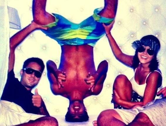Giovanna Lancellotti publicou foto ao lado do amigo Caio Castro no Twitter. O ator aparece de cabeça para baixo na imagem (12/3/12)