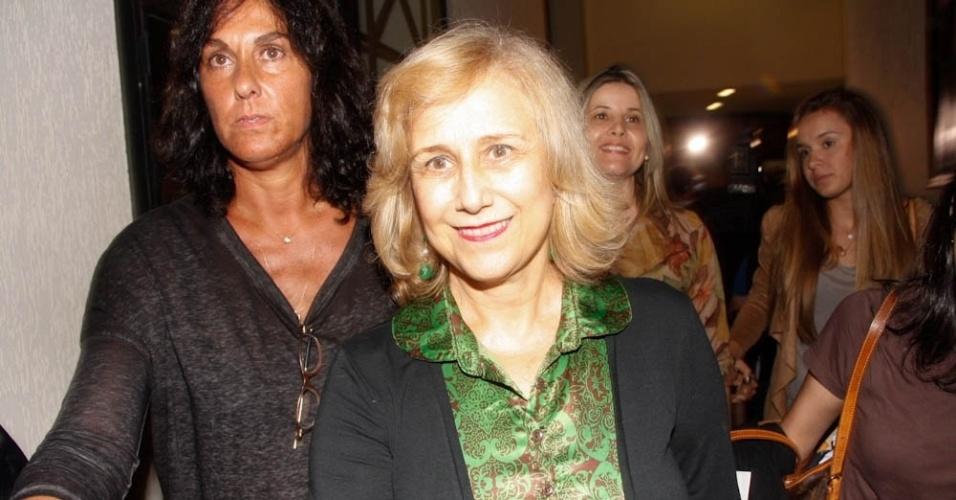 """Heloisa Helena Gianecchini, 68, mãe de Reynaldo Gianecchini, chega para prestigiar a volta do filho aos palcos em """"Cruel"""", nesta terça-feira (13/3/12) no Teatro Faap, em São Paulo"""