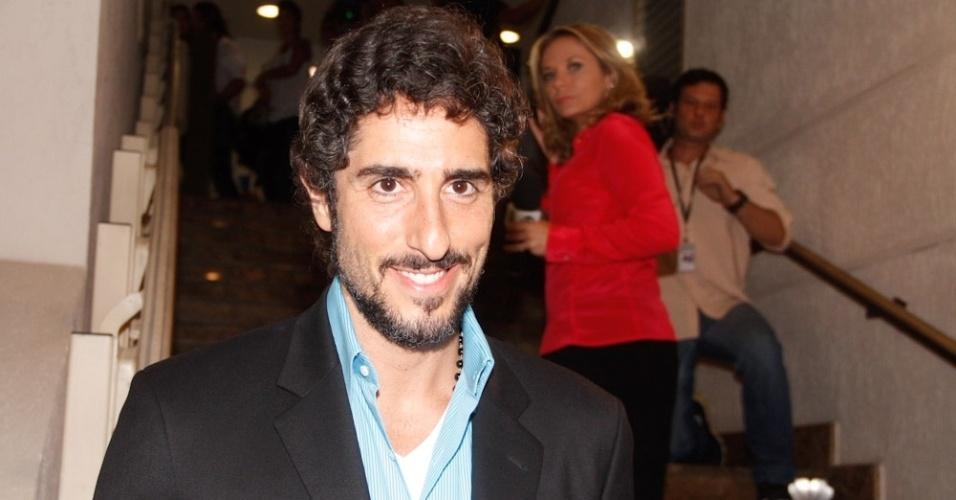 """Marcos Mion foi conferir a volta de Reynaldo Gianecchini ao teatro em """"Cruel"""" nesta terça-feira (13/3/12) e diz que está muito feliz com o retorno do ator: """"Ele virou um exemplo para todos nós. Estou muito feliz e vou aplaudir por tudo"""""""