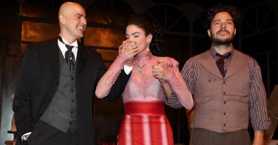 """Atriz Maria Manoella beija a mão de Gianecchini no encerramento de """"Cruel"""" (13/3/12)"""