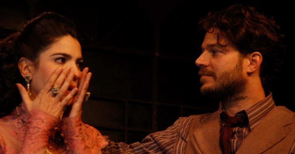 Maria Manoella se emociona e é abraçada por Erik Marmo (13/3/12)