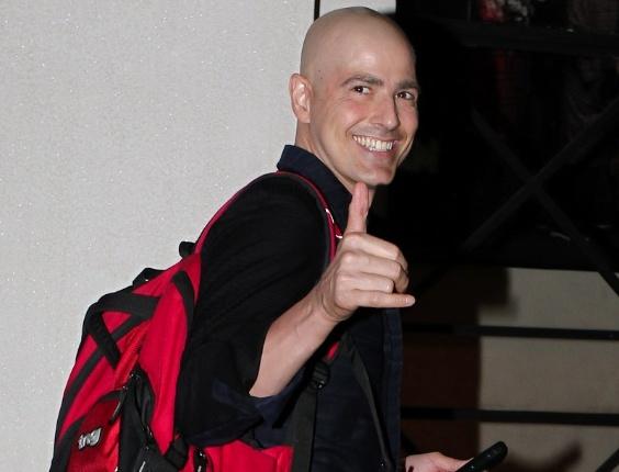 Reynaldo Gianecchini é fotografado chegando para a reestreia da peça