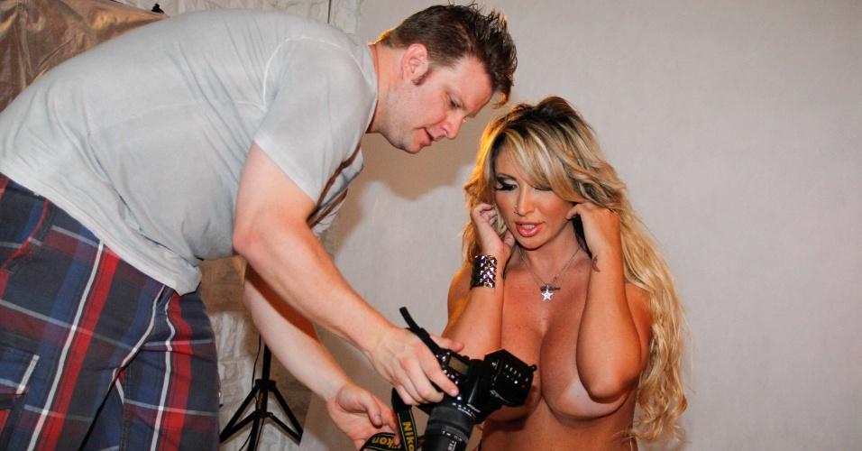 """Sabrina Boing Boing posa de topless em ensaio sensual para a revista """"Lovers"""", em São Paulo (13/3/12)"""