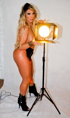 """Sabrina Boing Boing faz topless em ensaio sensual para a revista """"Lovers"""", em São Paulo (13/3/12)"""