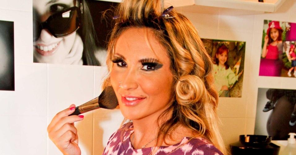 """Sabrina Boing Boing se maquia para ensaio na revista """"Lovers"""" (13/3/12)"""