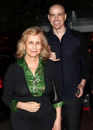 """Após a reestreia de """"Cruel"""", Gianecchini saiu para jantar com a mãe, dona Heloísa, e amigos, em São Paulo (13/3/12)"""