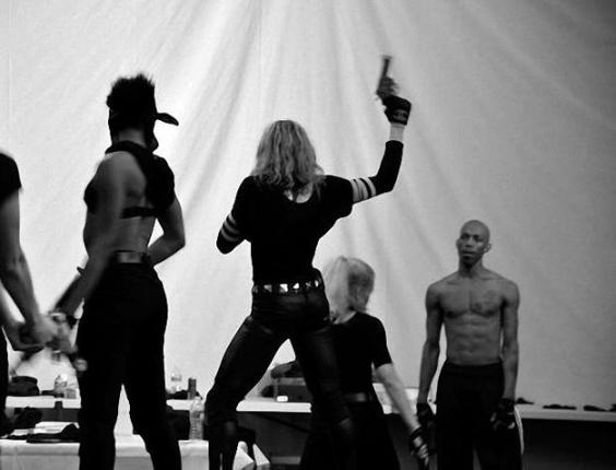Madonna segura uma arma em foto de ensaios da próxima turnê publicada no Facebook (14/3/12)