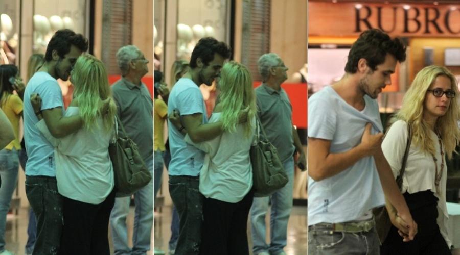 Paloma Duarte e Bruno Ferrari se beijam durante passeio em shopping da zona oeste do Rio (14/3/2012)