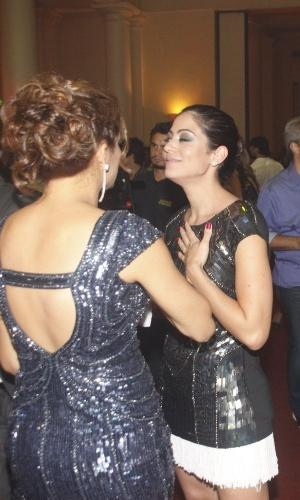 Carol Castro (dir.) conversa com amiga Nívea Stelmann na festa de 30 anos da promoter Carol Sampaio, no Copacabana Palace, no Rio de Janeiro (15/3/12)