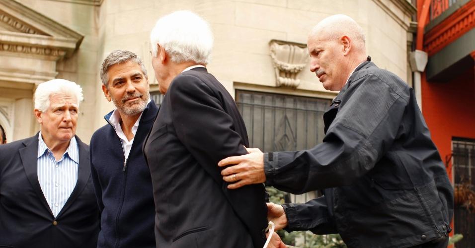 George Clooney e o pai Nick Clooney (dir.) são detidos ao participarem de uma manifestação em frente à embaixada do Sudão em Washington, nos Estados Unidos (16/3/12)