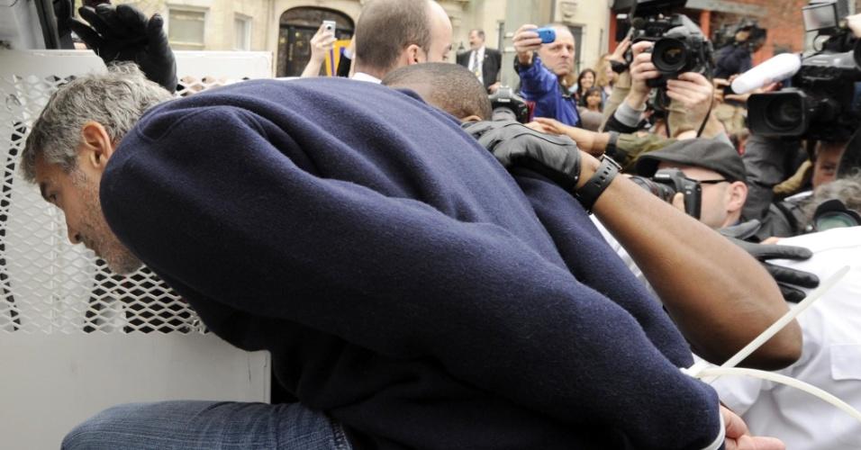George Clooney e o pai Nick Clooney (dir.) são detidos ao participarem de uma manifestação em frente à embaixada do Sudão em Washington, nos Estados Unidos (16/3/12). O ator acusa o presidente do país africano, Omar al-Bashir, de provocar uma crise humanitária e impedir a chegada de alimentos à região fronteiriça entre Sudão e Sudão do Sul. Fontes próximas ao ator disseram ao site TMZ, que ele ficou feliz com a prisão, pois deixou mais em evidência a crise no país africano