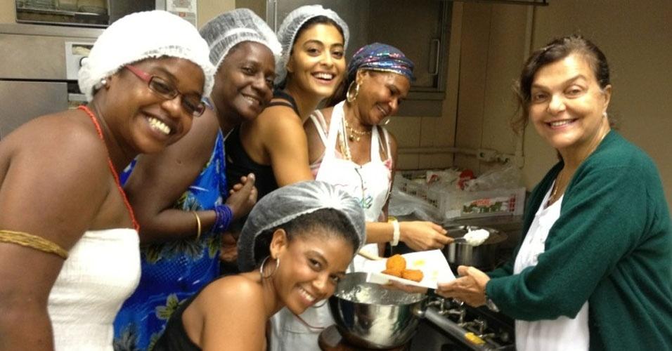 Juliana Paes publicou em seu perfil no Twitter uma foto em que aparece aprendendo a fazer acarajé (16/3/12)