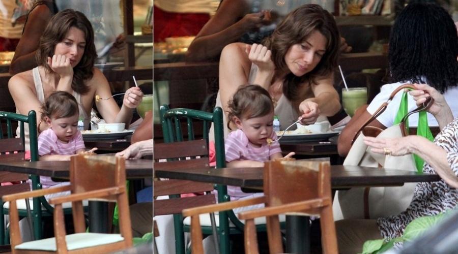 Letícia Spiller almoça com a filha de um ano em restaurante no Rio (16/3/12)