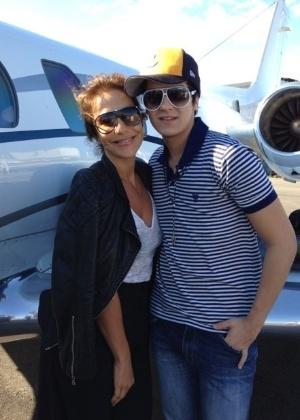 Ivete Sangalo e Luan Santana em aeroporto