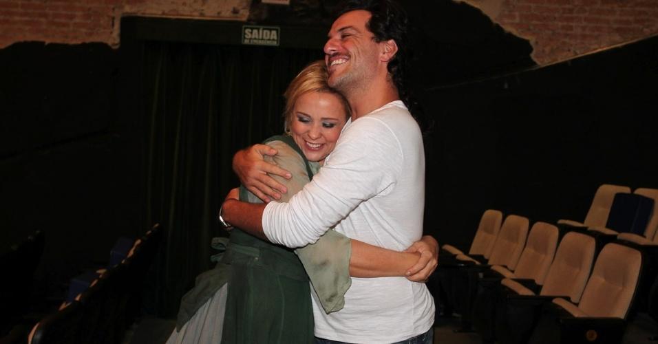 Giulia Gam abraça o Rodrigo Lombardi após apresentação da peça infantil