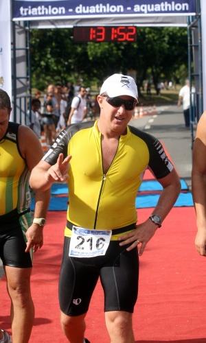 O apresentador Luciano Huck participa de prova de triatlo no Aterro do Flamengo (18/3/12)