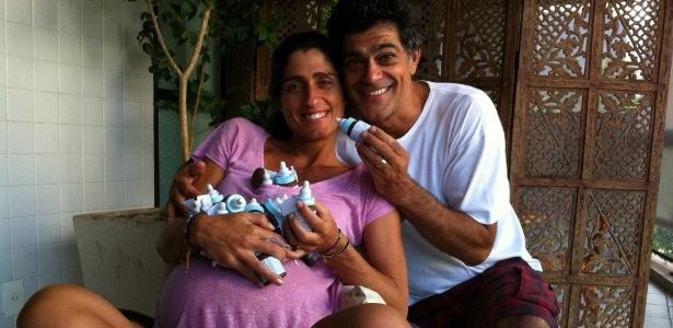 Cynthia Howlett e Eduardo Moscovis posam com as lembrancinhas que irão distribuir na maternidade (19/3/2012)