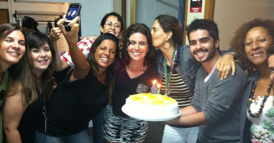 """Giovanna Antonelli ganha bolo de aniversário dos colegas de """"Aquele Beijo"""" (19/3/12) A atriz completou 36 anos neste domingo (18) e viajou para o Uruguai para comemorar com o marido Leonardo Nogueira"""