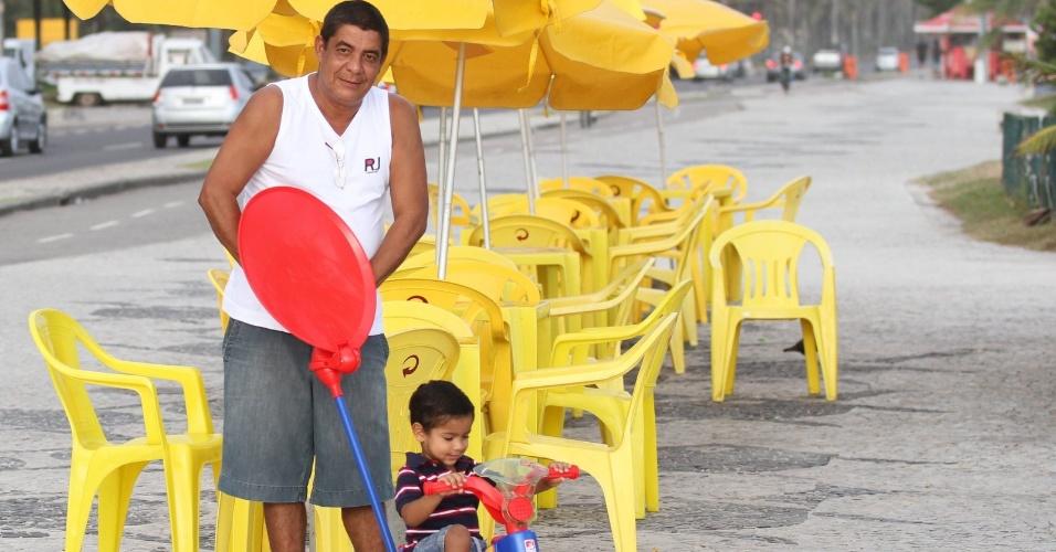 Zeca Pagodinho passeia com o neto, Noah, pela orla da praia da Barra da Tijuca, zona oeste do Rio (19/3/2012)