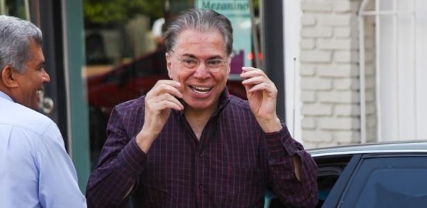 Depois das críticas sobre seus fios brancos, Silvio Santos chega ao salão do cabeleireiro Jassa para escurecer o cabelo (21/3/12)