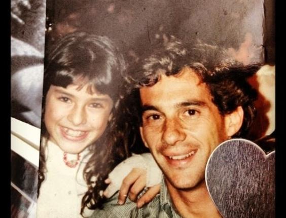 No dia em que Ayrton Senna completaria 52 anos, Fernanda Paes Leme publica foto ao lado do piloto de fórmula 1, que ela tirou na infância.