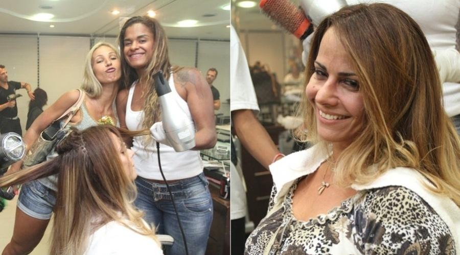 Viviane Araújo retoca as madeixas em salão da Barra da Tijuca, zona oeste do Rio (21/3/2012)